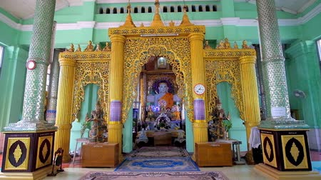 sztúpa : YANGON, MYANMAR - FEBRUARY 17, 2018: Interior of Kyauk Sein Image House with ornate altar, decorated with statue of Lord Buddha and shining bright garlands, on February 17 in Yangon.