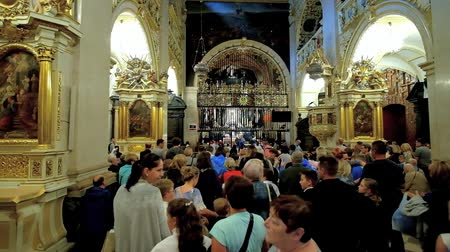 madona : CZESTOCHOWA, POLAND - JUNE 12, 2018: The crowd of pilgrims in Chapel of Black Madonna - the holiest and most precious object of Jasna Gora Monastery, on June 12 in Czestochowa. Dostupné videozáznamy