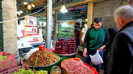 persie : TEHRAN, IRAN - OCTOBER 25, 2017: The small stall of Tajrish Bazaar offers fresh pistachios, fruits and boiled beetroot (labou pokhteh) - popular local street food, on October 25 in Tehran Dostupné videozáznamy