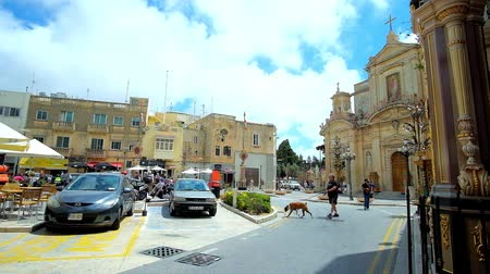 torre sineira : RABAT, MALTA - JUNE 16, 2018: Architectural ensemble of San Pawl Square with old edifices, outdoor cafes and beautiful building of Collegiate church of St Paul, on June 16 in Rabat. Stock Footage