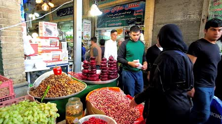 pistacje : TEHRAN, IRAN - OCTOBER 25, 2017: The food stall in Tajrish Bazaar with heaps of fresh and roasted pistachios, boiled beetroot (labou pokhteh) and other foods, on October 25 in Tehran