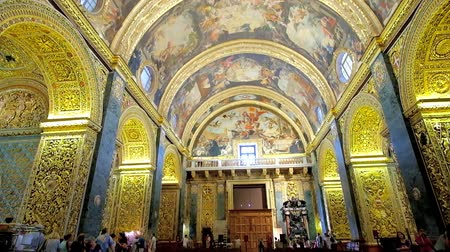 középkori : VALLETTA, MALTA - JUNE 18, 2018: Splendid Nave of St Johns Co-Cathedral with ornate decoration of walls and vaulted ceiling, including carvings and paintings by Mattia Preti, on June 18 in Valletta.