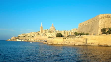 мальтийский : Enjoy the medieval architecture of Valletta with its main symbols - St Pauls Anglican Pro-Cathedral, Carmelite Church and ramparts, illuminated by the bright sun rays, Malta.