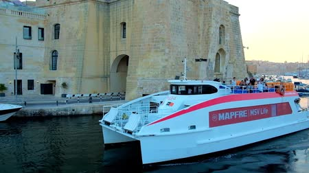 Мальта : SENGLEA, MALTA - JUNE 18, 2018: Explore Sheer Bastion of  medieval fortification during the yacht trip along Vittoriosa marina, dividing medieval cities of Senglea and Birgu, on June 18 in Senglea