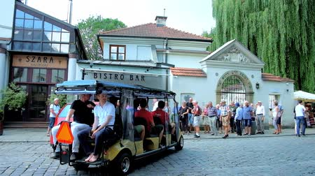 kazimierz : KRAKOW, POLAND - JUNE 21, 2018: The open electric car with tourists is backing out of parking space at the Remuh Synagogue in Jewish Kazimierz neighborhood, on June 21 in Krakow. Stock Footage