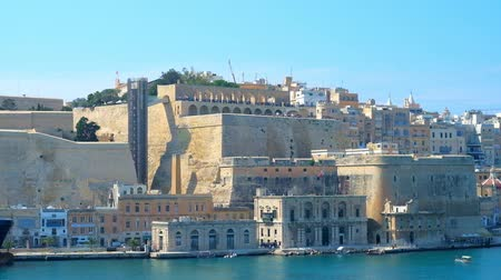 upper peninsula : VALLETTA, MALTA - JUNE 19, 2018: The fort of Senglea overlooks Valletta ramparts, its medieval buildings, Grand Harbour and restored Upper Barrakka Lift, on June 19 in Valletta.