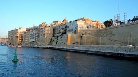 lâmina : SENGLEA, MALTA - JUNE 19, 2018: The fortified city of L-Isla looks great from the sea, its tall ramparts and medieval edifices decorate Valletta Grand Harbour, on June 19 in Senglea.