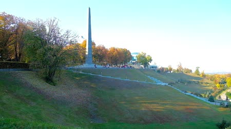 мемориал : The Park of Eternal Glory, located on Kiev Hills, with a view on Memorial Obelisk of Tomb of the Unknown Soldier and lush greenery in autumn colors, Ukraine. Стоковые видеозаписи