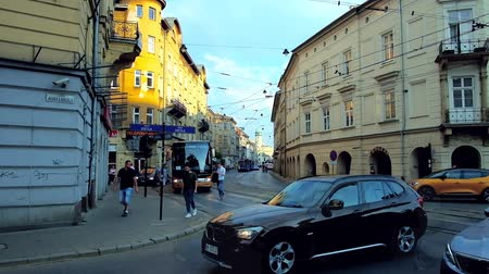 kazimierz : KRAKOW, POLAND - JUNE 21, 2018: The busy Krakowska street with fast riding trams and crowd of locals and tourists, walking in Kazimierz neighborhood, on June 21 in Krakow. Stock Footage