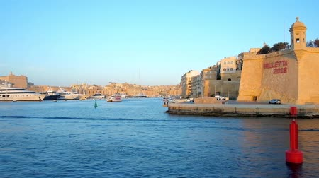 lápide : SENGLEA, MALTA - JUNE 18, 2018: Explore fortifications of L-Isla and fort St Angelo of Birgu during the sunset cruise along Valletta Grand Harbour, on June 18 in Senglea.