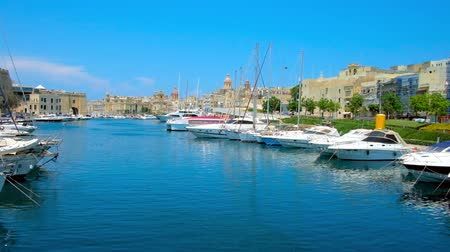 lápide : SENGLEA, MALTA - JUNE 19, 2018: Vittoriosa Marina from the small bridge between the medieval cities of Birgu and Senglea, on June 19 in Senglea.