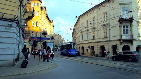 角のある : KRAKOW, POLAND - JUNE 21, 2018: The blue trams drive along historic edifices in Krakowska street of Kazimierz, on June 21 in Krakow.