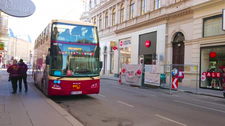 автобус : VIENNA, AUSTRIA - FEBRUARY 17, 2019: The hop-on hop-off double-decker bus has arrived to the terminal station in city center, on February 17 in Vienna.