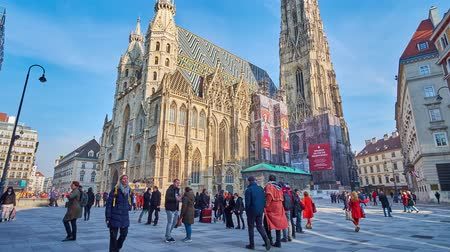 romanesk : VIENNA, AUSTRIA - FEBRUARY 17, 2019: The numerous tourists in St Stephen Square (Stephansplatz) at the outstanding St Stephen Cathedral (Stephansdom or Domkirche), on February 17 in Vienna.