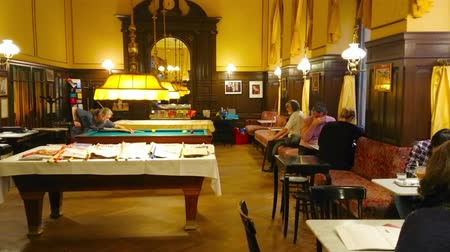 biljart : VIENNA, AUSTRIA - FEBRUARY 18, 2019: Classic interior of Viennese Cafe Sperl with billiards hall and large table with newspapers on the sticks, on February 18 in Vienna. Stockvideo