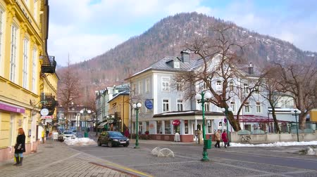 koffie verkeerd : BAD ISCHL, AUSTRIA - FEBRUARY 20, 2019: The high mountain behind historic building of Cafe Ramsauer, located in Kaiser-Franz-Josef-Strasse street, on February 20 in Bad Ischl