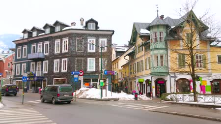 冬 : BAD ISCHL, AUSTRIA - FEBRUARY 20, 2019: The calm traffic in old town with a view on historic mansions and narrow Kreuzplatz with numerous fashion stores and tourist shops, on February 20 in Bad Ischl