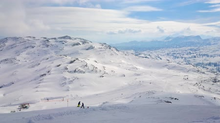 avusturya : The gentle slopes of Dachstein-Krippenstein mount are perfect for skiers, boarders and snowshoers, spending vacation or winter weekend in Salzkammergut, Austria.