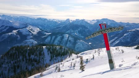snowbord : EBENSEE, AUSTRIA - FEBRUARY 24, 2019: Panorama of Feuerkogel mountain winter resort with cableway, skiers, snowy slopes of Dachstein Alps and Traunsee lake in valley, on february 24 in Ebensee.