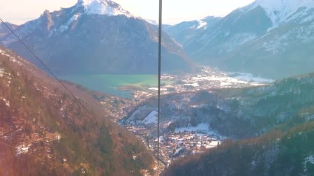 hegytömb : Take a ride on Feuerkogel cable car and enjoy the birds eye view on Traunsee lake, houses of Ebensee and slopes of Dachstein Alps, Salzkammergut, Austria. Stock mozgókép