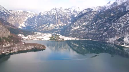 hallstatter see : The Salzberg mountain is best place to observe Hallstatter see with its crystal clear waters, reflecting Dachstein Alps, located around the lake, Hallstatt, Salzkammergut, Austria. Stock Footage
