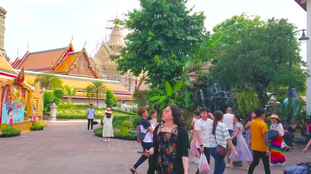 wat pho : BANGKOK, THAILAND - APRIL 22, 2019: The pilgrims and tourists enjoy the fountain and greenery of Missakawan park of Wat Pho Buddhist complex, on April 22 in Bangkok