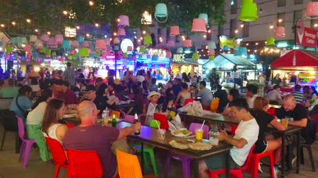 siamês : CHIANG MAI, THAILAND - MAY 2, 2019: The crowded open air food court of Night Bazaar, surrounded by small cafes and street food stalls, on May 2 in Chiang Mai