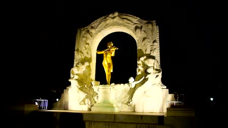 compositor : VIENNA, AUSTRIA - FEBRUARY 17, 2019: Statue of famous composer Johann Strauss with violin, surrounded by marble relief, famous as Golden Strauss in Stadtpark (City park), on February 17 in Vienna. Vídeos