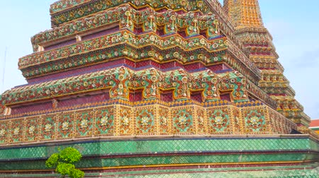 siamês : The masterpiece floral faience decoration  of stupa of Phra Maha Chedi Si Rajakarn with carved and painted details, Wat Pho, Thailand Stock Footage
