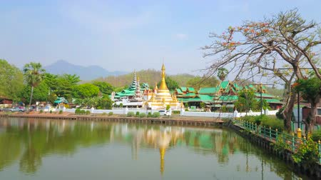 siamês : Embankment of Nong Kham lake is nice place for a walk and watch historical Wat Chong Kham and Wat Chong Klang Burmese style temples, Mae Hong Son, Thailand