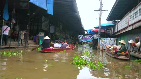 retailer : DAMNOEN SADUAK, THAILAND - MAY 13, 2019: Enjoy the boat tour along the klong (canal) of floating market, famous as exotic attraction and interesting shopping area, on May 13 in Damnoen Saduak