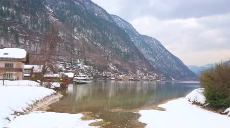 hegytömb : Walk along the snowy embankment of Hallstatt and enjoy the beauty of Hallstattersee lake and Dachstein Alps, Salzkammergut, Austria.
