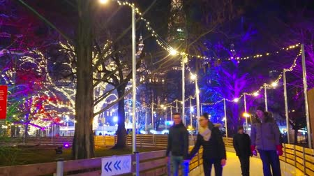 paten yapma : VIENNA, AUSTRIA - FEBRUARY 18, 2019:  Evening Rathaus park is nice place for winter sport activity, its curved skating alleys attract visitors to spend time here, on February 18 in Vienna. Stok Video