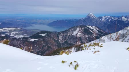 hegytömb : Enjoy the Alpine scenery from the Alberfeldkogel mount, overlooking rocky Alps and foggy Traunsee lake, seen in highland valley, Salzkammergut, Austria Stock mozgókép