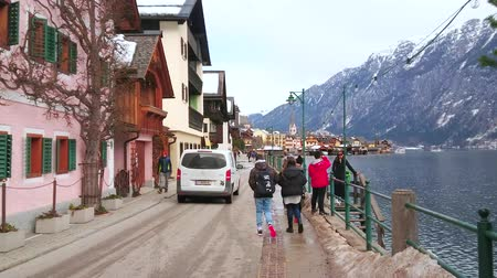 hegytömb : HALLSTATT, AUSTRIA - FEBRUARY 21, 2019: Hallstattersee lake promenade is lined with old townhouses, tourist stores, art galleries, cafes and souvenir shops, on February 21 in Hallstatt