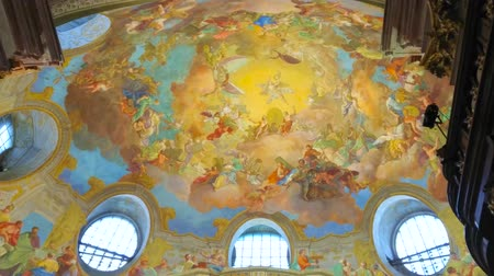 obra prima : VIENNA, AUSTRIA - MARCH 2, 2019: The The masterpiece inner dome of Prunksaal of National Library with colorful fresco, depicting  Apotheosis of Emperor Charles VI, on March 2 in Vienna Stock Footage