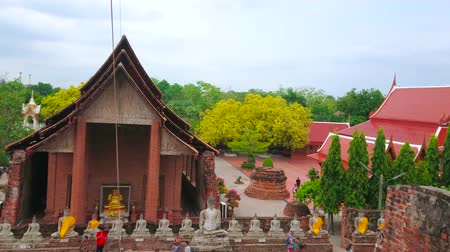 Аюттхая : AYUTTHAYA, THAILAND - MAY 5, 2019: Panorama of Wat Yai Chai Mongkhon with giant statues of Buddha, Ubosot, carved chedis, shrines and green garden, on May 5 in Ayutthaya