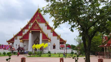 Аюттхая : AYUTTHAYA, THAILAND - MAY 5, 2019: The scenic facade of restored Wihan Phra Mongkhon Bophit - the temple, that houses giant statue of bronze Buddha, on May 5 in Ayutthaya