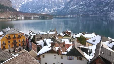 hallstatter see : HALLSTATT, AUSTRIA - FEBRUARY 25, 2019: Observe the buildings of old town and mirror Hallstatter see (lake), surrounded by Dachstein mountain range, on February 25 in Hallstatt Stock Footage