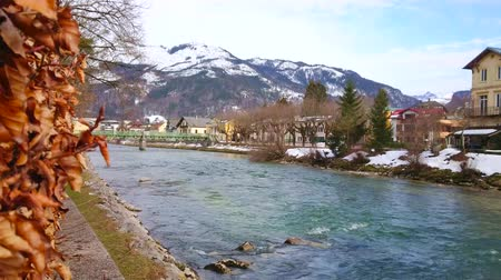 산책 길 : The view from Esplanade embankment on fast Traun river, snowy mountains, historical edifices and green Elizabethbrucke bridge, Bad Ischl, Salzkammergut, Austria