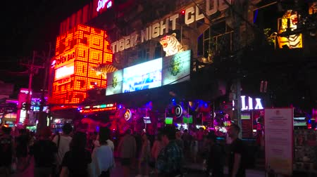 sudeste : PATONG, THAILAND - MAY 1, 2019: The crowd of tourists walks the night Bangla Road, famous for numerous night clubs, go-go bars and strip shows, on May 1 in Patong