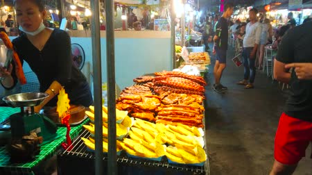 comerciante : PATONG, THAILAND - MAY 1, 2019: The outdoor cafe of Bangla streets food court with tasty smoked pork and other traditional Thai dishes, on May 1 in Patong Vídeos