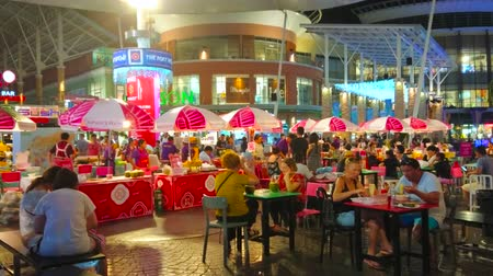 zonnescherm : PATONG, THAILAND - MAY 1, 2019: The crowded outdoor cafe in courtyard of modern Jungceylon Shopping Center, famous among the tourists of Phuket, on May 1 in Patong