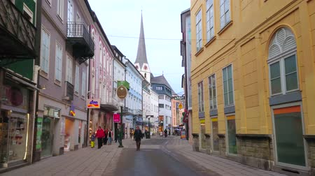 parrocchia : BAD ISCHL, AUSTRIA - FEBRUARY 20, 2019: Walk Pfarrgasse street - central city promenade with old edifices, tourist stores, cafes, traditional pastry shops, coffee houses, on February 20 in Bad Ischl Filmati Stock