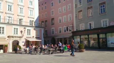 mercado : SALZBURG, AUSTRIA - FEBRUARY 27, 2019: Historical Alter Markt (Old Market) square with classical buildings, cafes and bars, located in Altstadt (old town) center, on February 27 in Salzburg
