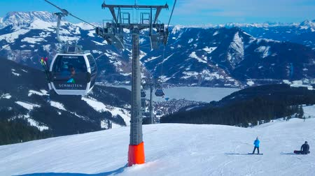 trilhas : ZELL AM SEE, AUSTRIA - FEBRUARY 28, 2019: The scenic mountain landscapes from the Trassxpress cableway, riding along the snowy slope of Schmitten mount, on February 28 in Zell Am See