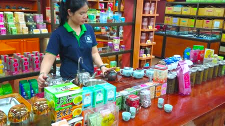 gösterileri : CHIANG RAI, THAILAND - MAY 10, 2019: Visit Suwirun tea shop and watch traditional oolong tea making demostration, on May 10 in Chiang Rai