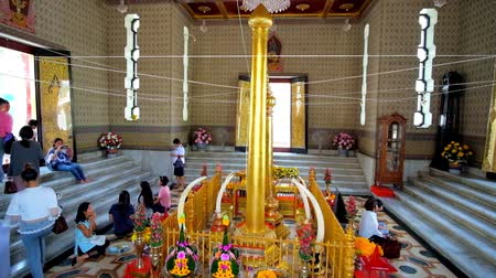 aanbidding : BANGKOK, THAILAND - 23 APRIL 2019: De boeddhistische toegewijden met bloemenoffers in de gebedsruimte van de City Pillar Shrine, op 23 april in Bangkok