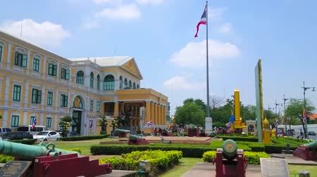 fachada : BANGKOK, THAILAND - APRIL 23, 2019: The facade of the Ministry of Defense building with topiary garden, flower beds and vintage cannons of open air Ancient Artillery Museum, on April 23 in Bangkok