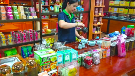 gösterileri : CHIANG RAI, THAILAND - MAY 10, 2019: Suwirun tea shop attracts visitors and tourists with free oolong tea making demostration, on May 10 in Chiang Rai